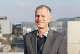 Hartmut Bartelt auf dem Gelände des Beutenberg-Campus. Foto: S.Döring/IPHT