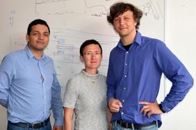 Im Projekt MultiFib forschen David Vazquez Pinzon, Ines Latka und Iwan Schie (von links) mit Partnern der Universitäten Bordeaux und Wien.Foto: Leibniz-IPHT