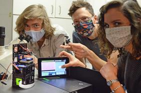 So leistungsfähig wie ein kommerzielles, so handlich wie ein Spielzeug-Mikroskop: Das UC2-Entwicklerteam Benedict Diederich, René Lachmann und Barbora Maršíková (von links) mit einem mit ihrem optischen Baukasten UC2 zusammengestellten Mikroskop.
